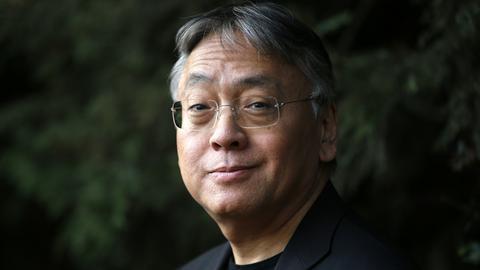 Der japanische Schriftsteller Kazuo Ishiguro lächelt am 05.10.2017 in London (Großbritannien) während einer Pressekonferenz in die Kamera. Der britisch-japanische Schriftsteller Kazuo Ishiguro bekommt den Literaturnobelpreis.