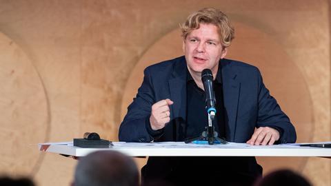 """Michael Steinbrecher, Buchautor und TV - Journalist,  stellt sein neues Buch """"Der Kampf um die Würde"""" vor."""