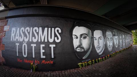 Mural mit Köpfen der in Hanau getöteten Menschen