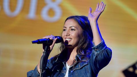 Namika, deutsche Sängerin und Rapperin, steht bei der Verleihung des Radiopreises auf der Bühne.