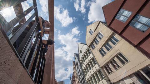 ie ersten Besucher gehen durch die Gassen der neu eröffneten Altstadt.