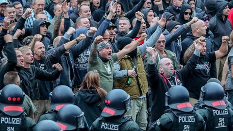 Menschen demonstrieren, Polizei im Vordergrund
