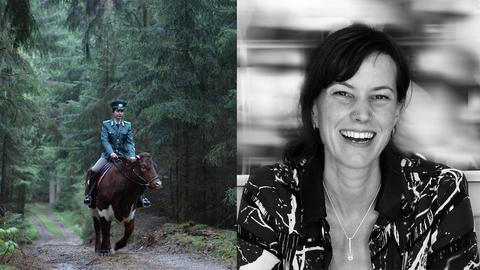 Uniformierte Frau reitet auf Kuh durch einen Wald.