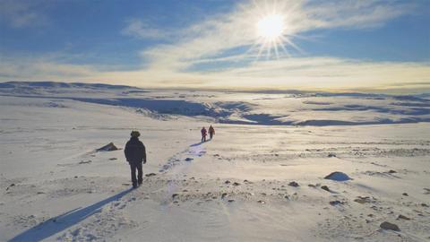 Zwei Menschen laufen im Eis