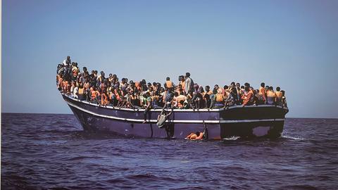 Flüchtlinge auf überladenem Boot