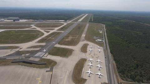 Luftaufnahme: Flugzeuge parken auf dem Frankfurter Flughafen