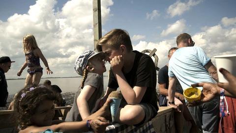 Kinder auf einem Schiff