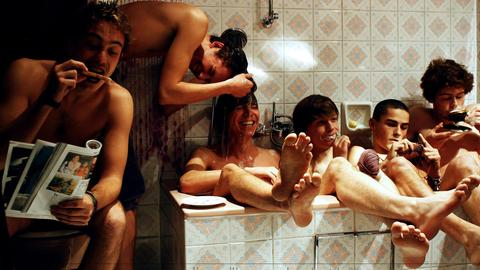 Fünf junge Männer in Badewanne