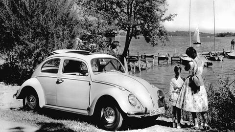 Familie mit ihrem Volkswagen 1200 Berlina bei einen Ausflug an einem See