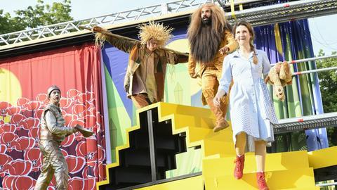 Menschen in Kostümen auf der Bühne