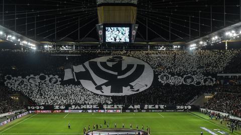 Volle Tribüne der Eintracht Frankfurt Fans.