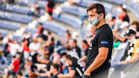 Ein Fan mit meiner Mund-Nasen-Maske steht im Stadion während des Spiels zwischen Eintracht Frankfurt and Arminia Bielefeld in Frankfurt.