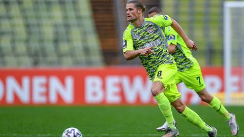 Johannes Wurtz (SV Wehen Wiesbaden, 8) am Ball, 10.10.2020.