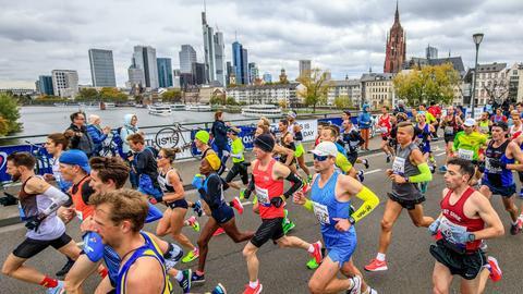 Teilnehmerinnnen und Teilnehmer des Frankfurt Marathons auf der Alten Brücke