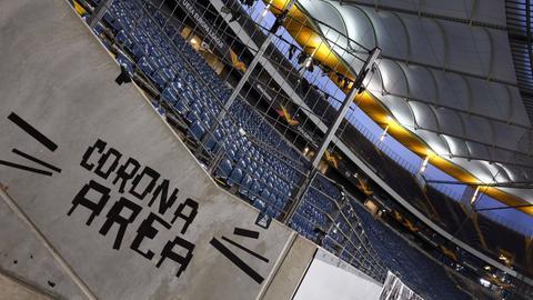 """In einem leeren Fußball-Stadion steht """"Corona-Area"""""""