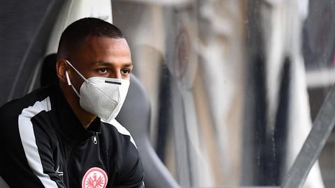 Eintracht-Spieler mit Mundschutz.