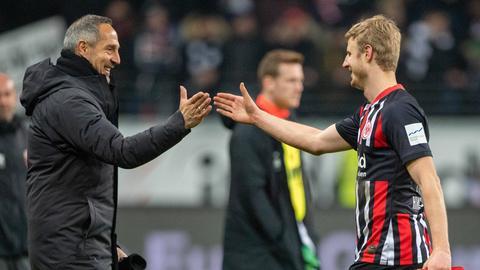 Adi Hütter freut sich nach dem Spielende mit Martin Hinteregger