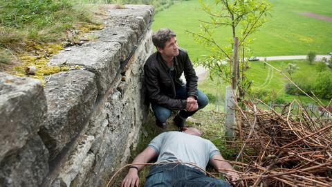Lukas Hundt (Oliver Franck) findet im Weinberg von Winzer Schörger die Leiche eines Hilfsarbeiters.