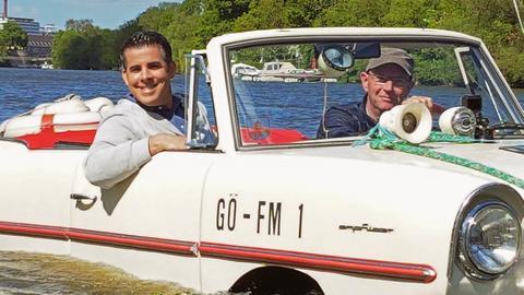 Andreas Gehrke (links) mit Frank Müller aus Kassel in einem auf der Fulda schwimmenden Auto.