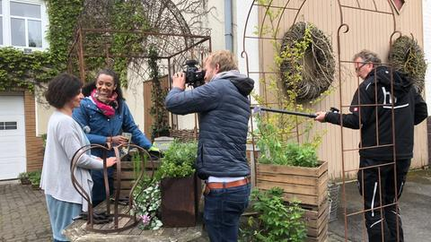 Anne Chebu und Gärtnermeisterin Stefanie Naumann bauen ein Beet
