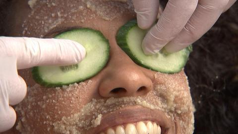 Entspanung fürs Gesicht: Gurkenscheiben auf den Augen und Honig-Maske auf der Haut.