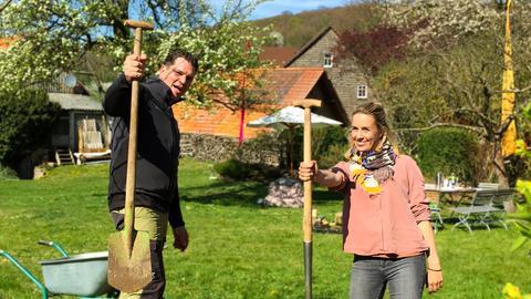 Moderatorin Rebecca Rühl mit Gartenschaufel in der Hand