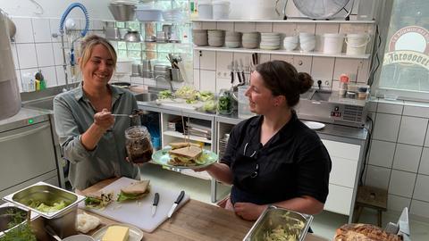 Moderatorin Rebecca Rühl und Susanne Wegerich belegen ihr Sandwich mit dem schwarzen Knoblauch-Relish.