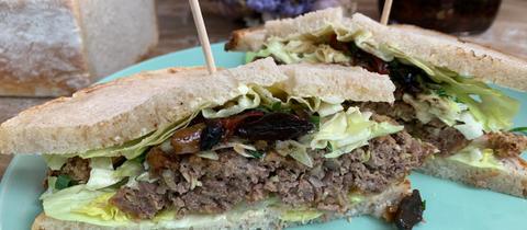 Sandwich mit schwarzem Knoblauch-Relish