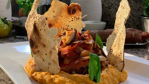 Kräuterseitlinge und Shitakepilze auf Süßkartoffel-Mousse