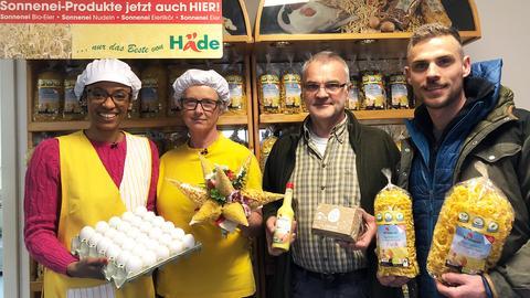 Anne Chebu (l.) mit Famile Häde im Hofladen.