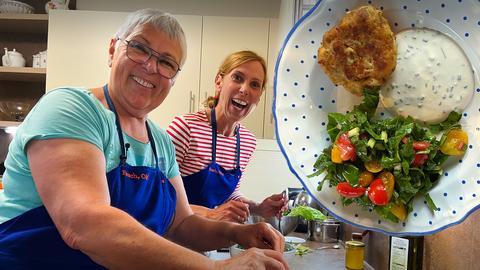 Zwei Frauen kochen Gerichte aus Österreich