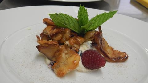 Karamellisierte Steinpilze mit Schmand und frischen Beeren als Dessert