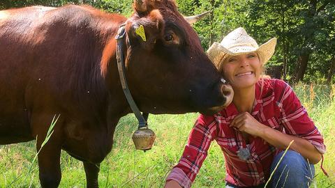 Susanne Barfuß mit einem Roten Höhenvieh auf der Weide