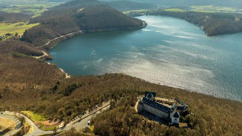 Luftaufnahme von Schloss Waldeck & dem Edersee