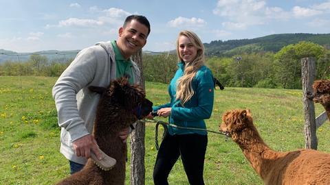Andreas Gehrke und Milena Gerdau mit ihren Alpakas in Vöhl-Harbshausen