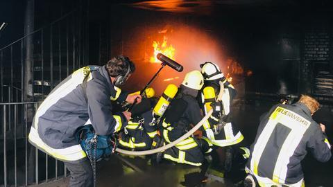 Löscheinsatz in der Brandsimulationsanlage der Hessischen Landesfeuerwehrschule