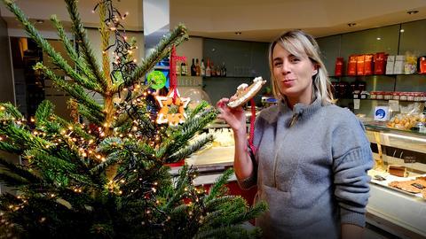 Moderatorin Rebecca Rühl vor einem Weihnachtsbaum.