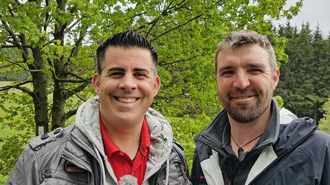 Rhön-Ranger Jan Knittel (li.) führt Andreas Gehrke zu den heimlichen Quelle der Fulda