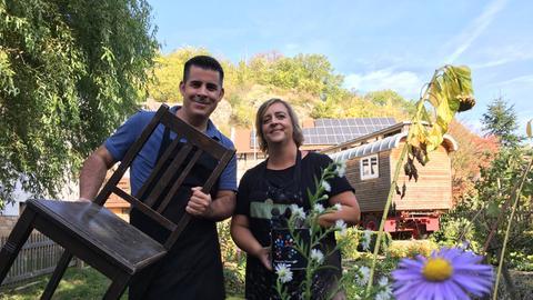 Andreas Gehrke und eine Frau in einem Garten