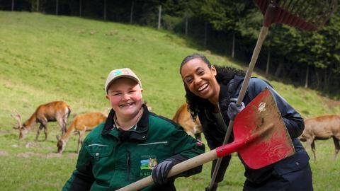 Anne Chebu mit einer Tierpflergerin im Tierpark Knüll