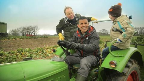 Andreas übt sich im Traktorfahren auf dem Acker