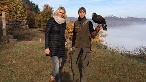 Winterliche Ausflugstipps - Susanne Barfuß und Jana Tiedt mit Greifvogel