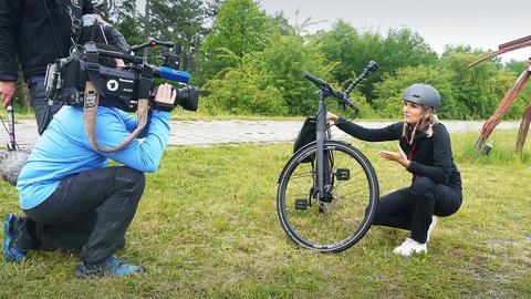Frau mit E-Bike