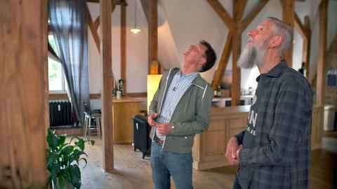 """Dieter Voss mit Phil Douglas in dessen großer Dachwohnung auf dem """"Zauberberg"""" in Kelkheim."""