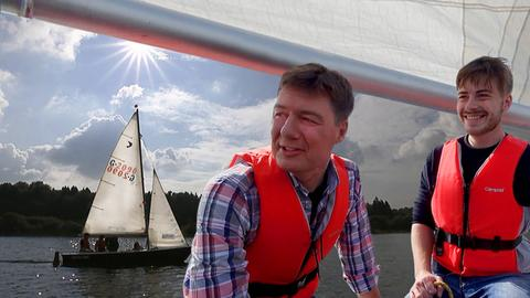 Moderator Dieter Voss auf einem Segelboot