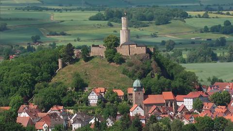"""Blick auf Felsberg im nordhessischen Schwalm-Eder-Kreis; im Hintergrund die Felsburg mit dem """"Butterfassturm""""."""