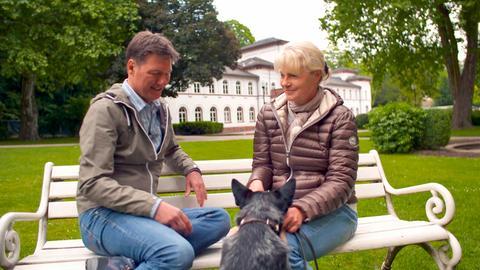 Dieter Voss mit der Krimiautorin Nele Neuhaus im Alten Kurpark in Bad Soden. Im Hintergrund das Badehaus. Nele Neuhaus weiß viel zu erzählen über prominente frühere Kurgäste in Bad Soden.