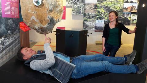 Moderator Dieter Voss mit der Geowissenschaftlerin Anja Lehmann im Erlebnismuseum Vulkaneum in Schotten.