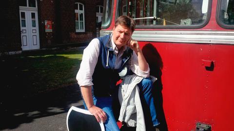 Dieter Voss vor einem Schienenbus im Heimatmuseum Heuchelheim.