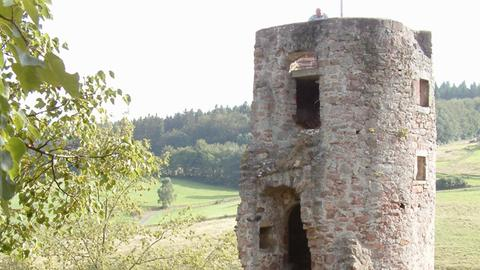 Blick auf die Burgruine Wallenstein im Ortsteil Wallenstein der nordhessischen Gemeinde Knüllwald.